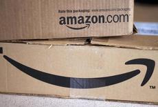 """Selon le Wall Street Journal, qui cite des sources au fait du dossier, le distributeur en ligne Amazon.com projette d'ouvrir son premier magasin """"en dur"""" à Manhattan dans les temps pour la période des fêtes de fin d'année. /Photo d'archives/REUTERS/Rick Wilking"""