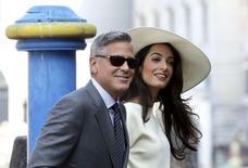 O ator George Clooney e sua mulher, Amal Alamuddin, chegam à prefeitura de Veneza para a cerimônia civil do seu casamento, na Itália, em setembro. 29/09/2014 REUTERS/Alessandro Bianchi