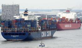 Le port de Hambourg. Le gouvernement allemand annoncera la semaine prochaine des prévisions de croissance de 2014 et de 2015 revues en baisse, selon deux sources de la coalition au pouvoir, l'une d'elles ayant précisé que la nouvelle prévision de croissance serait de l'ordre de 1,25% pour les deux années. /Photo prise le 9 octobre 2014/REUTERS/Fabian Bimmer