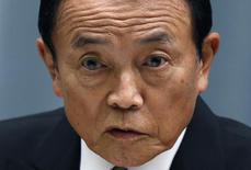 El ministro de finanzas de Japón, Taro Aso, durante una conferencia de prensa en Tokio. Imagen de archivo, 3 septiembre, 2014. Las bolsas de Asia retrocedían el viernes y los precios del crudo Brent cayeron a su nivel más bajo desde el 2010 luego de que unos débiles datos de las exportaciones alemanas aumentaron el temor a que los problemas económicos de Europa podrían arrastrar a la economía global. REUTERS/Yuya Shino