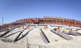 Le Kazakhstan estime que la remise en état du site pétrolier de Kachagan, le projet plus cher de l'histoire du secteur, nécessite entre 1,6 et 3,6 milliards de dollars (entre 1,2 et 2,8 milliards d'euros) destinés au remplacement des oléoducs et gazoducs endommagés. /Photo d'archives/REUTERS