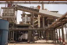 La mine de Somair d'Areva à Arlit. Le gouvernement nigérien a approuvé le renouvellement du contrat de production d'uranium du groupe français, à l'issue de deux années de négociations difficiles. /Photo d'archives/REUTERS/Joe Penney