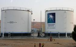 Нефтехранилища комплекса  Shaybah в пустыне Руб-эль-Хали 14 ноября 2007 года. Саудовская Аравия говорит участникам рынка нефти, что не возражает против сохранения низких мировых цен в течение длительного времени, вероятно, рассчитывая на замедление роста добычи в странах-конкурентах. REUTERS/ Ali Jarekji