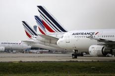 Air France-KLM avance de 4,32% vers 13h00, quand le CAC gagne 0,7%. La valeur profite des propos de son PDG, Alexandre de Juniac, qui a menacé de créer une compagnie soeur de Transavia, ainsi que de la baisse des prix du pétrole. /Photo prise le 22 septembre 2014/REUTERS/Jacky Naegelen