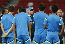 Técnico do Japão, Javier Aguirre, conversa com jogadores durante treino no Estádio Nacional de Cingapura, na véspera do amistoso com o Brasil. 13/10/2014 REUTERS/Edgar Su