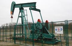 Станок-качалка в Нанжи 27 января 2011 года. Цены на нефть Brent близки к $88 за баррель, так как инвесторы уже не рассчитывают на сокращение добычи ОПЕК. REUTERS/Jacky Naegelen