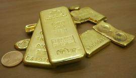 Золото в магазине индийского города Чандигарх 4 ноября 2009 года. Цены на золото близки к максимуму четырех недель за счет повышенного спроса на надежные активы на фоне опасений за рост мировой экономики. REUTERS/Ajay Verma
