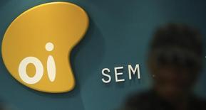 El logo de la firma de telecomunicaciones brasileña Oi vista adentro de una tienda en Sao Paulo. Imagen de archivo, 2 octubre, 2013. La firma brasileña de telecomunicaciones Oi dijo el martes que Banco BTG Pactual, que actúa como su asesor, había sido contactado por varios interesados en las operaciones de Portugal Telecom, incluyendo a Altice. REUTERS/Nacho Doce
