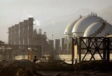 Вид на нефтехимический комплекс в Ассалуйе, Иран 28 мая 2006 года. Входящий в Организацию нефтеэкспортёров (ОПЕК) Иран, традиционно выступавший за поддержание мировых цен на нефть на уровне $100 за баррель, изменил позицию, сообщив, что не возражает против снижения цен. REUTERS/Morteza Nikoubazl