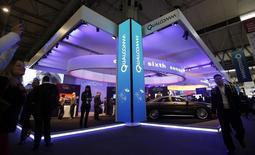 Qualcomm va racheter le fabricant de puces CSR pour 1,56 milliard de livres (1,96 milliard d'euros), évinçant son rival Microchip Technology qui était intéressé par le spécialiste britannique du bluetooth. /Photo prise le 24 février 2014/REUTERS/Albert Gea