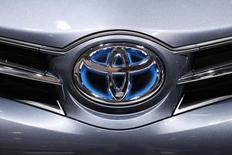 Логотип Toyota на автошоу в Париже 2 октября 2014 года. Японская Toyota Motor Corp отзовет 1,67 миллиона автомобилей по всему миру из-за трех различных неисправностей, включая проблемы с главным тормозным цилиндром, которые могут влиять на работу тормозов. REUTERS/Benoit Tessier (