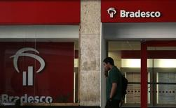 A man walks past a Banco Bradesco branch in downtown Rio de Janeiro August 20, 2014. REUTERS/Pilar Olivares