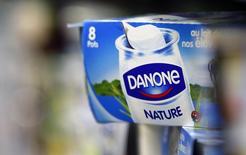 Un yoghurt producido por la francesa Danone en un supermercado en Lanton. Imagen de archivo, 30 agosto, 2013. El grupo francés de alimentos Danone reportó el miércoles un alza subyacente mejor que la prevista de un 6,9 por ciento en las ventas del tercer trimestre, gracias a una mejora de las ventas de alimentos para bebés en Asia. REUTERS/Regis Duvignau