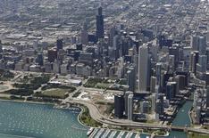 Vista aérea de los rascacielos frente al lago en Chicago. Imagen de archivo, 14 agosto, 2014. Los precios a los productores estadounidenses cayeron en septiembre por primera vez en más de un año, una señal de desaceleración de la inflación que puede ser un motivo de preocupación económica. REUTERS/Jim Young