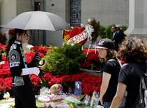 Fãs fazem homenagem a Michael Jackson do lado de fora do mausoléu onde o cantor foi enterrado no 5o aniversário de sua morte, em 25 de junho de 2014.  REUTERS/Kevork Djansezian