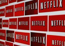 Netflix a engrangé moins de nouveaux abonnements que prévu à ses services de vidéo en streaming au troisième trimestre et sa croissance aux Etats-Unis semble marquer le pas, selon ses résultats publiés mercredi soir. /Photo prise le 14 octobre 2014/REUTERS/Mike Blake