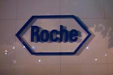 Логотип Roche у штаб-квартиры Shanghai Roche Pharmaceutical Co. Ltd. в Шанхае 22 мая 2014 года. Швейцарский фармпроизводитель Roche подтвердил годовой прогноз продаж и прибыли после того, как новые препараты от рака груди помог компании отчитаться о превысивших прогнозы результатах в третьем квартале. REUTERS/Aly Song
