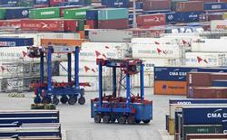 Les exportations de la zone euro ont baissé de 3% sur un an en août mais une baisse plus marquée des importations, de 4%, a entraîné une hausse de l'excédent commercial, selon Eurostat. /Photo prise le 9 octobre 2014/REUTERS/Fabian Bimmer