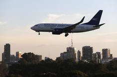 Un avión Boeing 737-700 de Aerolineas Argentinas aterriza en el aeropuerto de Buenos Aires. Imagen de archivo, 10 agosto, 2014. El número de personas que viajan en avión cada año se duplicará con creces en los próximos 20 años hasta alcanzar los 7.300 millones el 2034, según las previsiones difundidas el jueves por la Asociación Internacional de Transporte Aéreo (IATA, por sus siglas en inglés). REUTERS/Enrique Marcarian