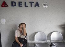 Una mujer espera su turno para ser atendida en una oficina de Delta Air Lines en Caracas. imagen de archivo, 7 julio, 2014.  La utilidad trimestral de Delta Air Lines Inc se desplomó un 74 por ciento, debido a un aumento de los gastos operacionales que impidió que la aerolínea estadounidense tome ventaja de la fortaleza del negocio y de los viajes de placer. REUTERS/Carlos Garcia Rawlins