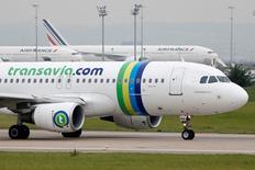 Air France a mis au point avec les syndicats un texte sur l'avenir de Transavia, la filiale low cost du groupe Air France-KLM. La direction de la compagnie aérienne et les instances de représentation du personnel n'avaient pas réussi jusqu'ici à s'accorder sur les modalités de développement de cette filiale et le conflit avait déclenché une grève des pilotes de 14 jours en septembre. /Photo prise le 5 août 2014/REUTERS/Charles Platiau