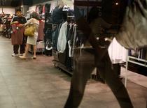 Unas personas realizando compras al interior de un local comercial en Buenos Aires, dic 15 2008. Los argentinos esperan una inflación de un 39,1 por ciento en los próximos 12 meses, una baja de dos puntos porcentuales respecto a la estimación del mes pasado, según el promedio de un sondeo publicado el jueves por el Centro de Investigación en Finanzas (CIF) de la Universidad Torcuato Di Tella.   REUTERS/Enrique Marcarian
