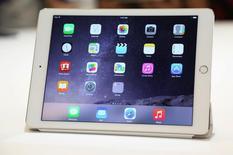 Новый  iPad на презентации Apple в Купертино 16 октября 2014 года. Новые, более легкие и тонкие модели популярного планшета iPad от американской Apple Inc порадовали рядом модных особенностей, таких как сканер отпечатков пальцев, но вряд ли справятся с задачей сильно удивить покупателей в преддверии предроджественского сезона покупок, полагают аналитики. REUTERS/Robert Galbraith