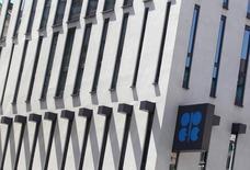 La sede de la Organización de Países Exportadores de Petróleo (OPEP) en Viena, jun 10 2014. La Organización de Países Exportadores de Petróleo (OPEP) debería reducir su producción de crudo para apuntalar los precios, dijo un funcionario libio, pues han caído a mínimos en cuatro años esta semana y han presionado aún más los presupuestos de los productores. REUTERS/Heinz-Peter Bader