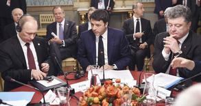 Presidente da Rússia, Vladimir Putin, em encontro com o premiê italiano, Matteo Renzi, e o presidente da Ucrânia, Petro Poroshenko, em Milão. 17/10/2014 REUTERS/Daniel Dal Zennaro/Pool
