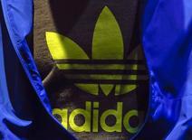 El logo de Adidas en una polera durante la conferencia de prensa anual de la compañía en Herzogenaurach. Imagen de archivo, 07 marzo, 2013.  Un grupo inversor que incluye a Jynwel Capital y fondos ligados al Gobierno de Abu Dhabi ha lanzado una oferta para comprar la firma Reebok, propiedad de Adidas AG, por alrededor de 2.200 millones de dólares, dijo el domingo el diario Wall Street Journal. REUTERS/Michael Dalder
