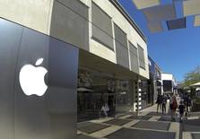 Le titre Apple figure au rang des valeurs à suivre ce lundi sur les marchés américains, alors que le groupe à la pomme publie ses résultats trimestriels après la clôture. /Photo prise le 10 septembre 2014/REUTERS/Mike Blake