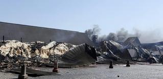 Los restos de un depósito azucarero luego de un incendio en el terminal del puerto de Santos. imagen de archivo, 4 agosto, 2014. El fuego destruyó el lunes uno de los depósitos de azúcar de del operador de materias primas Cargill en el puerto de Santos, el tercer mayor incendio en un terminal azucarero en ese terminal. REUTERS/Paulo Whitaker