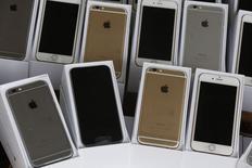 ARM, dont les processeurs équipent l'iPhone 6, annonce une hausse moins marquée que prévu de ses revenus de licences au troisième trimestre. Son chiffre d'affaires total a augmenté de 12% seulement à 320,2 millions de dollars (249,6 millions d'euros), légèrement en dessous du consensus des estimations d'analystes. /Photo prise le 21 septembre 2014/ REUTERS/Bobby Yip