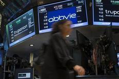 Abbvie, qui a renoncé officiellement à son OPA de 55 milliards de dollars sur la société irlandaise Shire, à suivre mardi sur les marchés américains. /Photo d'archives/REUTERS/Brendan McDermid
