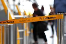 Una cinta de barrera de la aerolínea Lufthansa vista en el aeropuerto de Munich. 20 octubre, 2014. Los pilotos de Lufthansa amenazaron con convocar nuevas huelgas para esta semana luego de que una reciente interrupción en las negociaciones sobre los beneficios de jubilación paralizara dos tercios de sus vuelos el martes.  REUTERS/Michaela Rehle