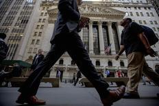Personas pasan frente a la Bolsa de Nueva York. Imagen de archivo, 15 septiembre, 2014. Las acciones subían el martes en la apertura de la bolsa de Nueva York, y el índice S&P 500 se encaminaba a cerrar con ganancias por cuarta sesión consecutiva, debido al alza que registraban los papeles de las firmas tecnológicas Apple y Texas tras reportar sus resultados trimestrales. REUTERS/Brendan McDermid