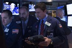 Unos operadores en la bolsa de Wall Street en Nueva York, oct 20 2014. Las acciones subían el martes en la bolsa de Nueva York, y el índice S&P 500 se encaminaba a cerrar con ganancias por cuarta sesión consecutiva, impulsadas por los recientes resultados de firmas tecnológicas como Apple y Texas Instrument. REUTERS/Brendan McDermid
