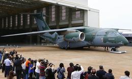 Protótipo do cargueiro KC-390 é apresentado em fábrica da Embraer. O avião é o maior já desenvolvido e produzido no Brasil.