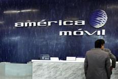 El logo de Ámerica Móvil visto en el muro de la recepción en sus oficinas corporativas en Ciudad de México. Imagen de archivo, 13 febrero, 2013.  La gigante América Móvil, del magnate Carlos Slim, no ha presentado un plan de venta de activos para reducir su participación de mercado en el sector de telecomunicaciones de México, dijo el martes el regulador de la industria. REUTERS/Edgard Garrido