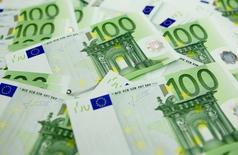 Банкноты евро в отделении банка OTP в Будапеште 23 ноября 2011 года. Курс евро держится вблизи недельного минимума после сообщения Рейтер, что Европейский центробанк рассматривает возможность покупки облигаций компаний. REUTERS/Laszlo Balogh