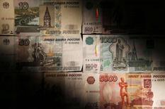 Рублевые купюры в Москве 30 сентября 2014 года. Рубль начал среду положительными изменениями благодаря продажам экспортной выручки под уплату налогов, в преддверии валютного репо ЦБР, а также на фоне спроса на риск в ожидании количественного смягчения от ЕЦБ. REUTERS/Maxim Zmeyev