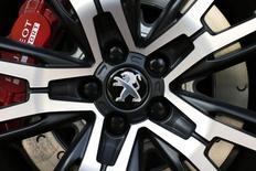 PSA Peugeot Citroën a enregistré au troisième trimestre une hausse de 1,6% de son chiffre d'affaires grâce à une solide progression des volumes en Chine et en Europe, mais la montée en gamme et en prix du groupe n'a pas suffi à éclipser totalement des effets de changes négatifs. /Photo prise le 14 avril 2014/REUTERS/Benoit Tessier