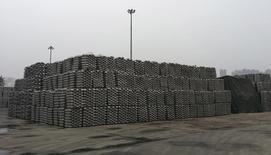Lingotes de aluminio apilados en un área de depósito en el terminal Dagang del puerto de Qingdao. Imagen de archivo, 07 junio, 2014. La producción de cobre refinado de China subió un 4,9 por ciento en septiembre con respecto al mes anterior, alcanzando un nivel récord por segundo mes consecutivo en momentos en que nueva capacidad de fundición cubrió un aumento de suministros de materiales sin refinar.  REUTERS/Fayen Wong