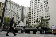 """Unas personas en el distrito financiero de Buenos Aires, jul 31 2014. Los bancos de Argentina no abrieron sus puertas el miércoles por una huelga de trabajadores, que demandan una rebaja del impuesto a las """"ganancias"""" que grava los salarios medios y altos y otras mejoras en sus condiciones laborales.    REUTERS/Marcos Brindicci"""
