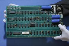 Un trabajador sostiene una computadora Apple-1 en Londres. Imagen de archivo, 28 agosto, 2012.  Una de las primeras computadoras de Apple Inc, Apple-1, fue vendida por 905.000 dólares en una subasta en Nueva York el miércoles, superando por lejos las expectativas. REUTERS/Stefan Wermuth