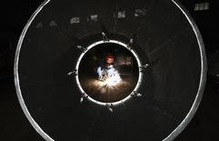 Un empleado trabaja en la manufactura de una máquina en una fábrica en Huaibei. Imagen de archivo, 01 septiembre, 2014.  El vasto sector manufacturero de China creció un poco más rápido en octubre debido a que las compañías consiguieron más órdenes domésticas y extranjeras, mostró el jueves un sondeo privado, aunque la modesta expansión posiblemente no hará desaparecer las preocupaciones sobre un enfriamiento de la economía china. REUTERS/Stringer