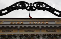 Здание Банка России в Москве 13 сентября 2013 года. ЦБР разрешил российским банкам не отражать ухудшение качества кредитов, если оно возникло по причине задержки проведения валютных платежей из-за санкций, что сэкономит им резервы. REUTERS/Maxim Shemetov