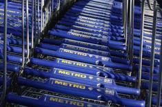 """Le géant allemand de la grande distribution Metro et  Auchan ont annoncé jeudi un accord de partenariat international dans les achats, dont ils espèrent retirer des gains d'efficacité """"significatifs"""" à moyen et long termes. /Photo d'archives/REUTERS/Ina Fassbender"""
