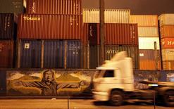Unos contenedores apilados en el puerto brasileño de Santos, sep 20 2012. Las grandes naciones exportadoras están incumpliendo su promesa de combatir la corrupción en el comercio global, ya que más de la mitad de los países que firmaron la convención contra el soborno no la están respetando, denunció el jueves Transparencia Internacional en un informe.     REUTERS/Nacho Doce