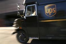 Una camión de entregas de UPS visto en Nueva York. Imagen de archivo, 6 marzo, 2014. United Parcel Service Inc reportó el viernes una ganancia trimestral mejor a la esperada, impulsada por una creciente demanda, la mejora en los márgenes en Estados Unidos y un fuerte crecimiento en Asia y Europa. REUTERS/Mike Segar